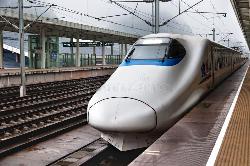 Moderne hoge snelheidstrein bij de spoorwegenpost stock foto