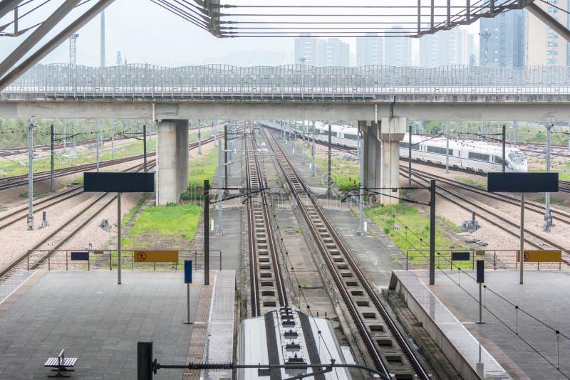 Moderne hoge snelheidstrein bij de spoorwegenpost royalty-vrije stock afbeeldingen