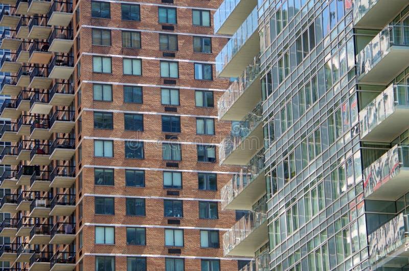 Moderne hoge stijgingsbalkons en vensters die achtergrond snijden stock afbeelding