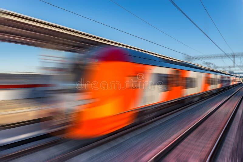 Moderne hogesnelheidstreinbewegingen snel langs het platform royalty-vrije stock foto