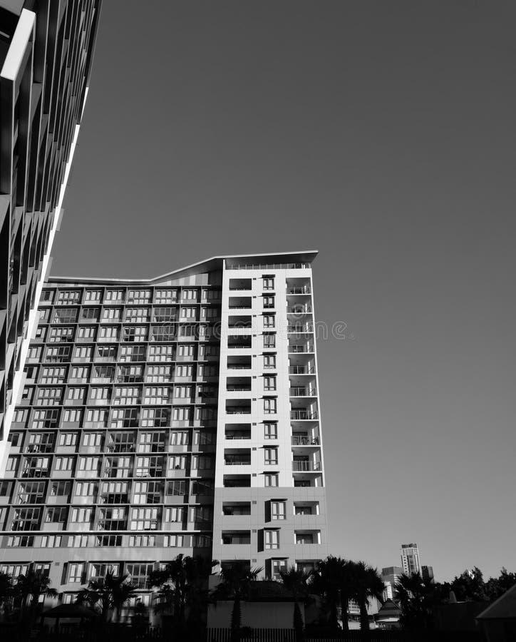 Moderne hohe Aufstiegswohnung in Schwarzweiss lizenzfreies stockbild