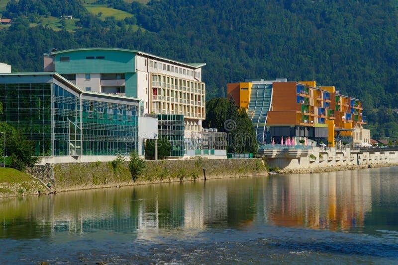 Moderne Hotels durch den Fluss lizenzfreies stockfoto
