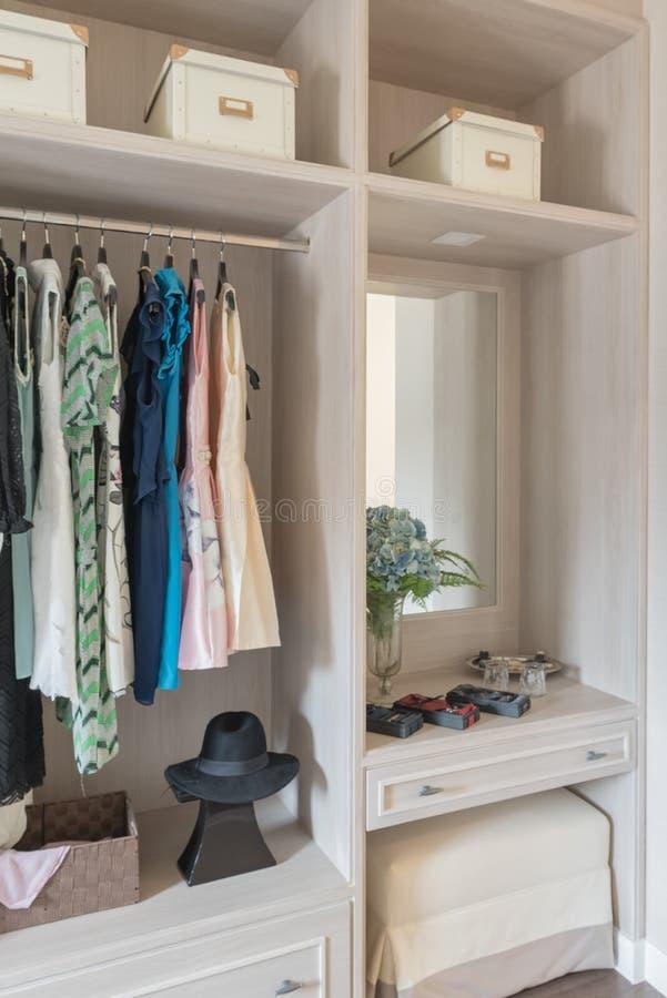 Moderne Garderoben moderne houten garderobe met kleren die op spoor in in c