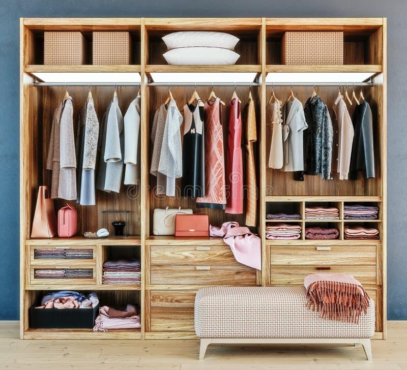 Moderne houten garderobe met kleren die op spoor in gang in het binnenland van het kastontwerp hangen stock afbeeldingen