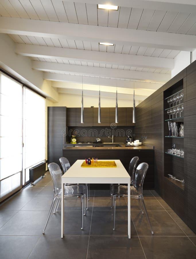 Moderne houten keuken royalty-vrije stock afbeelding