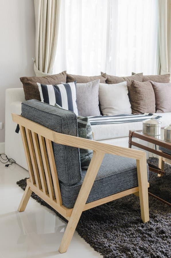 Moderne houten stoel in woonkamer stock foto afbeelding for Stoel woonkamer