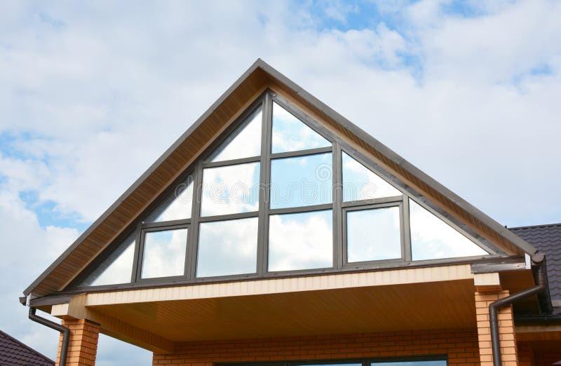 Moderne huis zolderbouw met dak het guttering en panoramische mansard, zolderdakraamvenster stock afbeeldingen