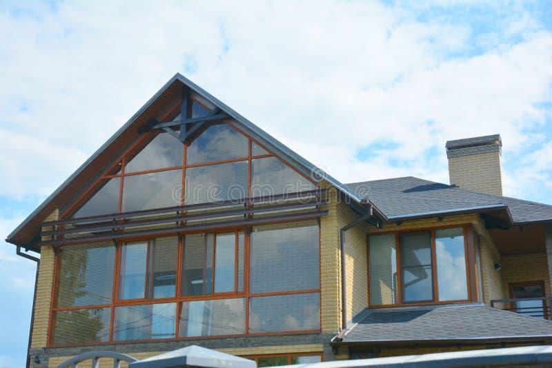 Moderne huis zolderbouw met dak het guttering en panoramische mansard, zolderdakraamvenster royalty-vrije stock foto