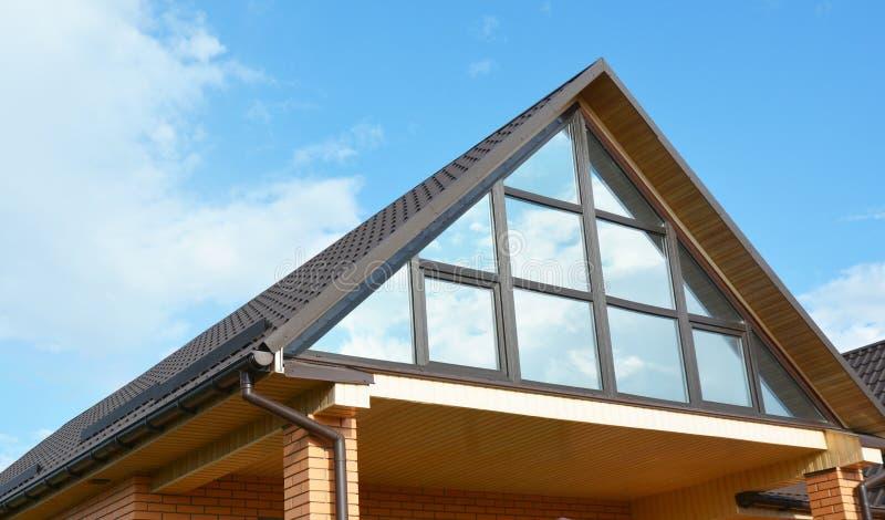 Moderne huis zolderbouw met dak het guttering en panoramische mansard, zolderdakraamvenster De zoldermuur van het dakraamglas stock foto's