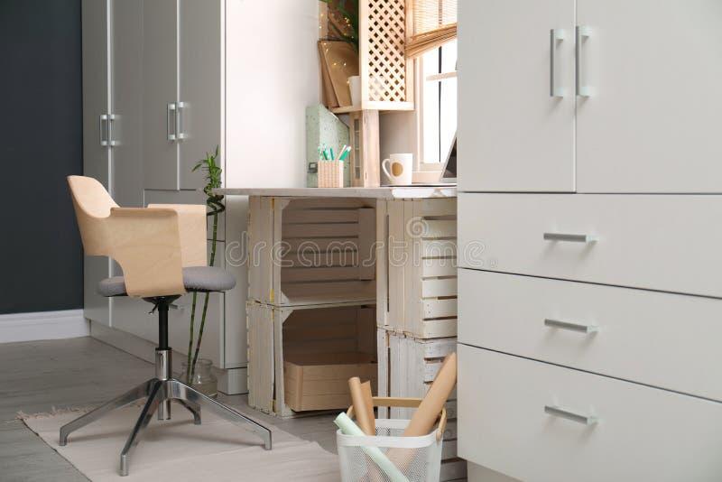 Moderne huiswerkplaats met houten kratten royalty-vrije stock afbeeldingen