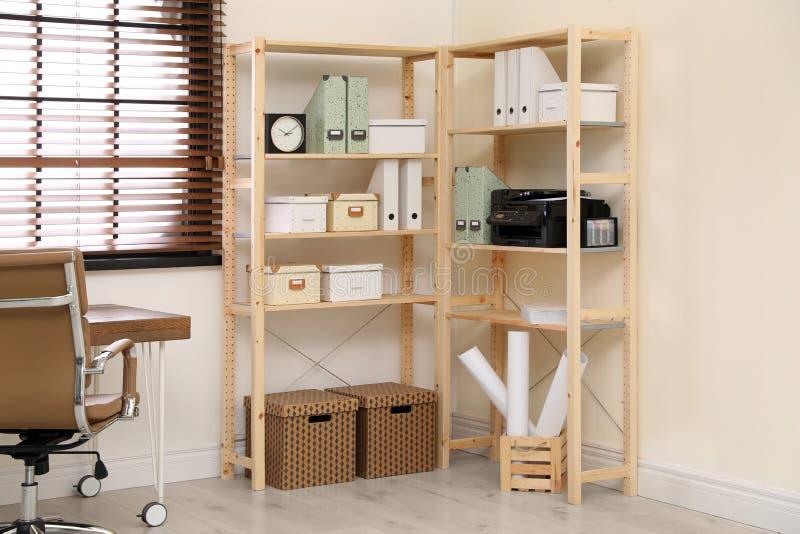 Moderne huiswerkplaats met houten opslag Idee voor binnenland stock afbeeldingen
