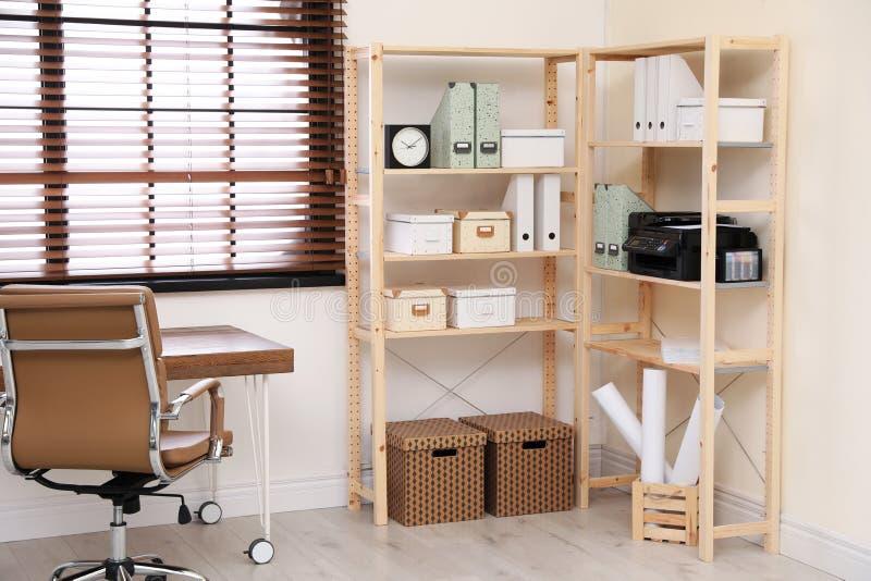 Moderne huiswerkplaats met houten opslag stock foto