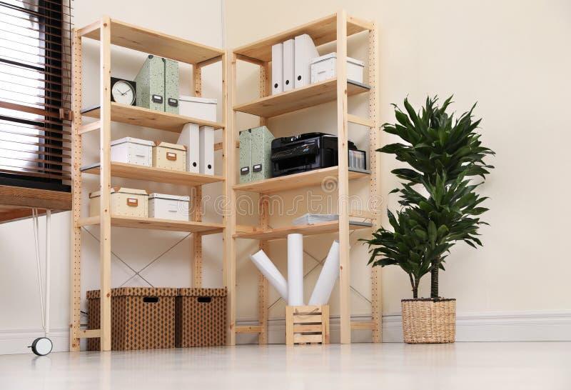 Moderne huiswerkplaats met houten opslag stock fotografie