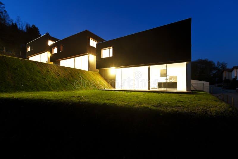 Moderne huizen, openlucht 's nachts stock fotografie