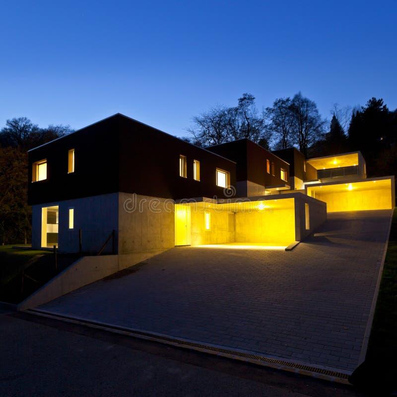 Moderne huizen, openlucht 's nachts stock afbeeldingen