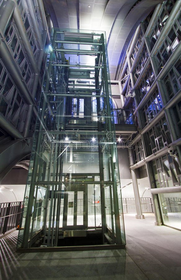 Moderne industrielle Metallgondelstielstruktur stockbild
