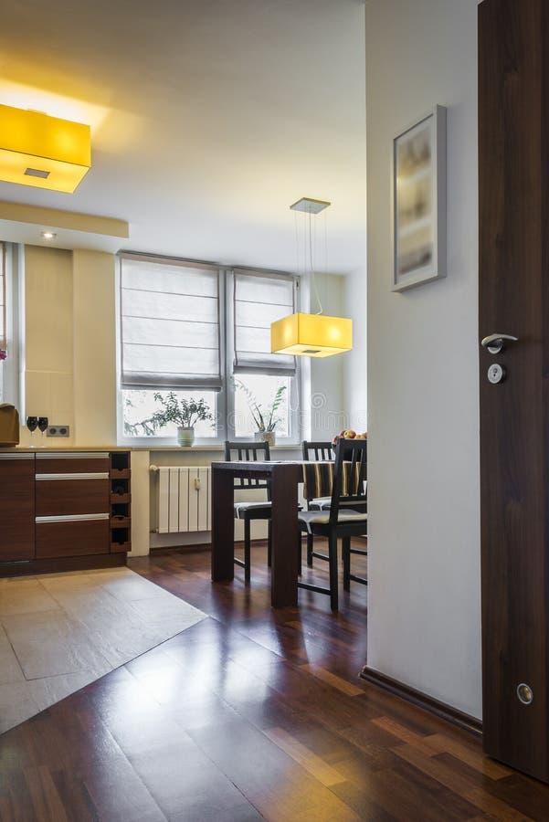 Moderne Innenarchitektur mit dinning Raum lizenzfreies stockfoto
