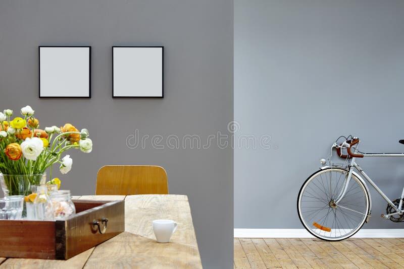 Moderne Innenweinleseblicktabelle und -fahrrad in zwei Räumen stockfotos
