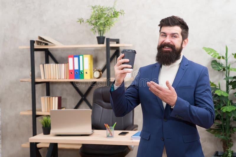 Moderne Innovation Geschäftsmann in der formalen Ausstattung Überzeugter Mann Chefarbeitsplatz Süßes Hörnchen und ein Tasse Kaffe lizenzfreie stockfotos