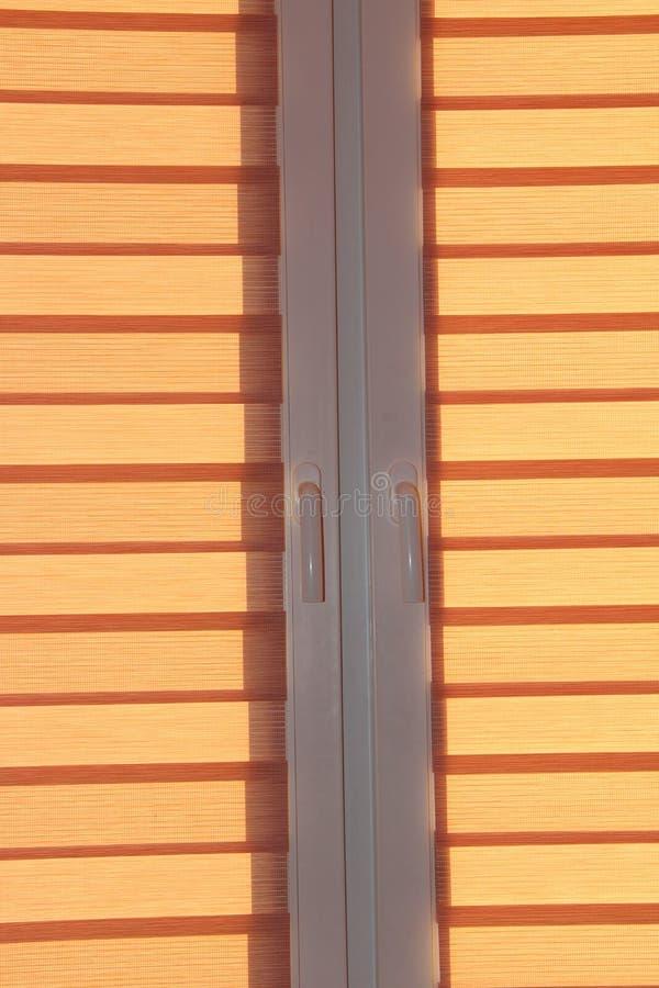 Moderne jaloezie dag en nacht op venster Zaal binnenland Het element van het ontwerp stock afbeelding