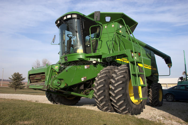 Moderne John Deere Tractor Combine op Melkveehouderij royalty-vrije stock afbeelding
