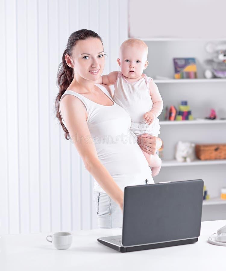 Moderne jonge moeder met een charmante baby royalty-vrije stock afbeelding