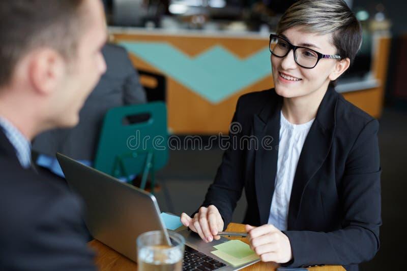 Moderne Jonge Onderneemster Talking om in Vergadering te assoiëren stock afbeeldingen