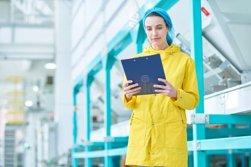 Moderne Jonge Vrouw bij Fabriek royalty-vrije stock afbeelding