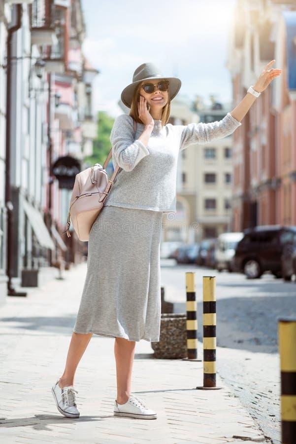 Moderne jonge vrouw in een grote stad stock fotografie