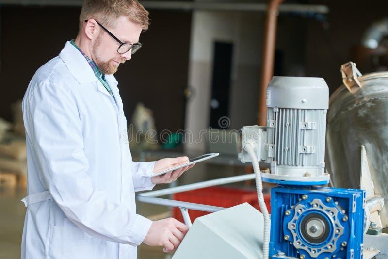 Moderne Jonge werknemer bij Fabriek royalty-vrije stock afbeelding