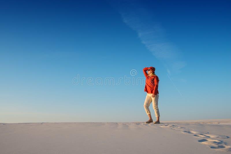 Moderne junge Frau bewundert magische Landschaft und Träume in der Wüste stockfoto