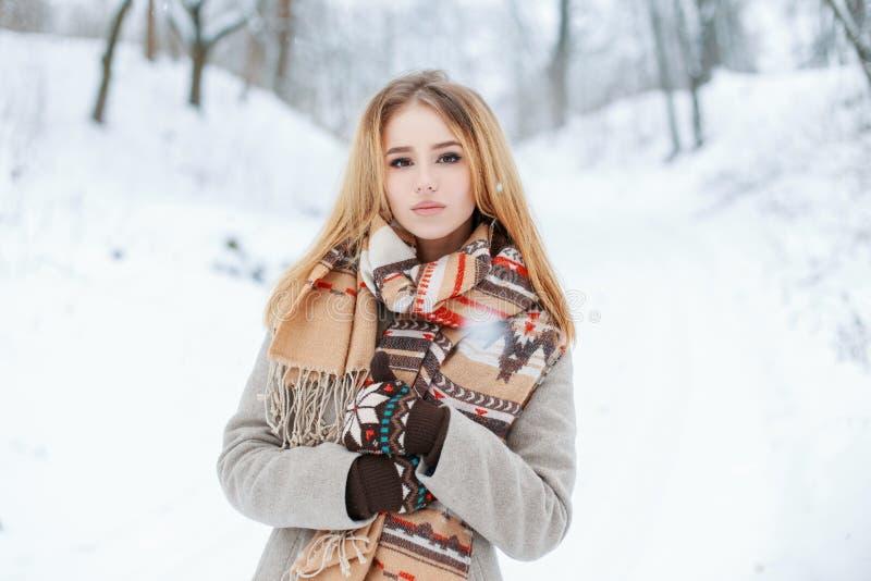 Moderne moderne junge Frau in der warmen Kleidung des stilvollen Winters in den woolen Handschuhen geht in das Winterwaldschöne M lizenzfreies stockfoto