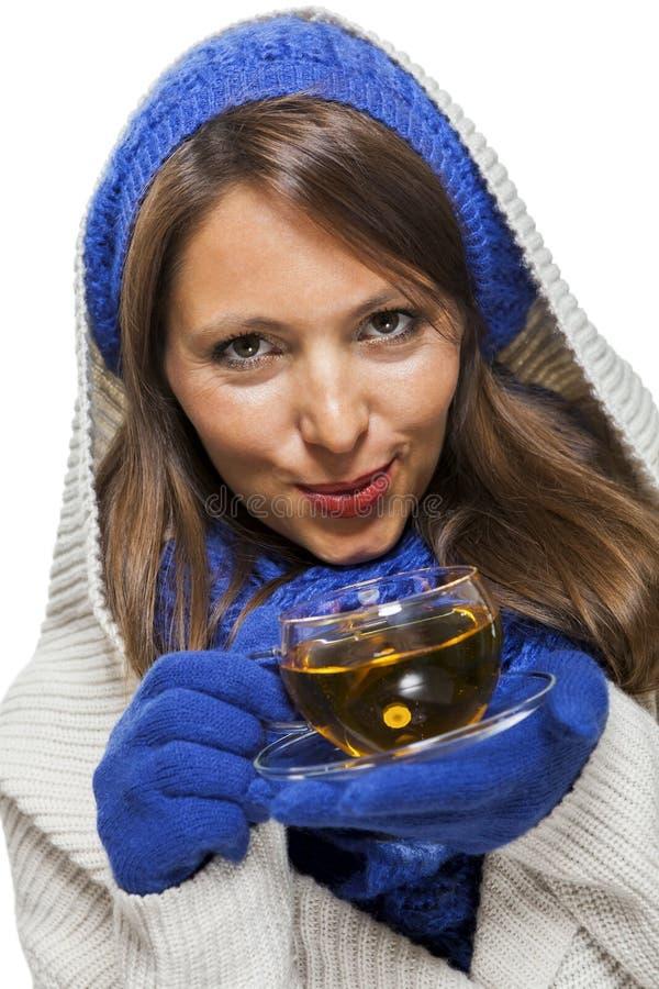 Moderne junge Frau, die an heißem Tee nippt lizenzfreie stockfotografie