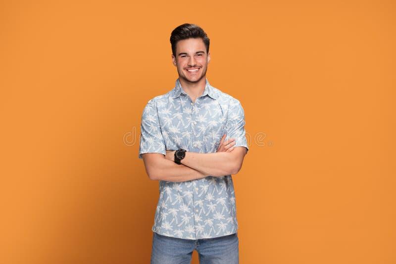 Moderne junge lächelnde Mannaufstellung stockfoto