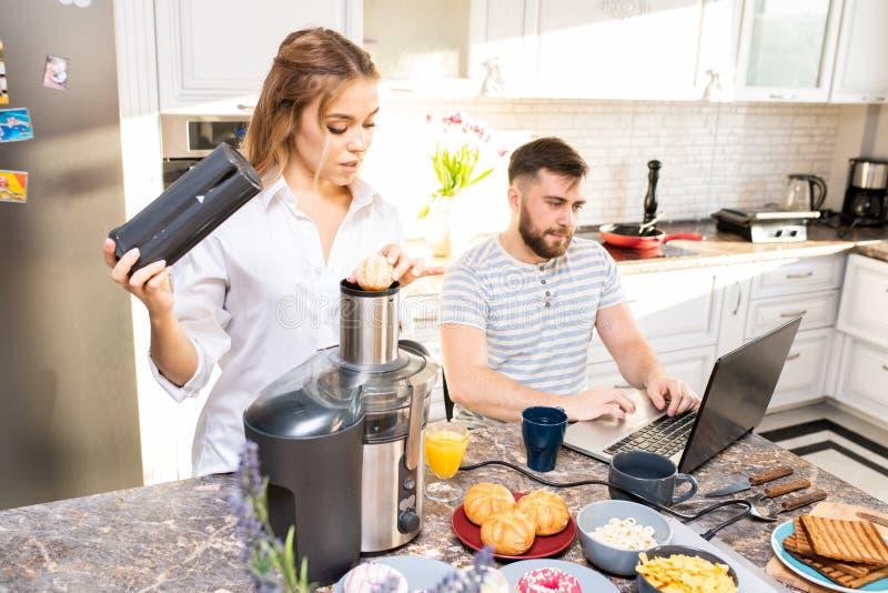 Moderne Junge verbinden in der Küche lizenzfreies stockfoto