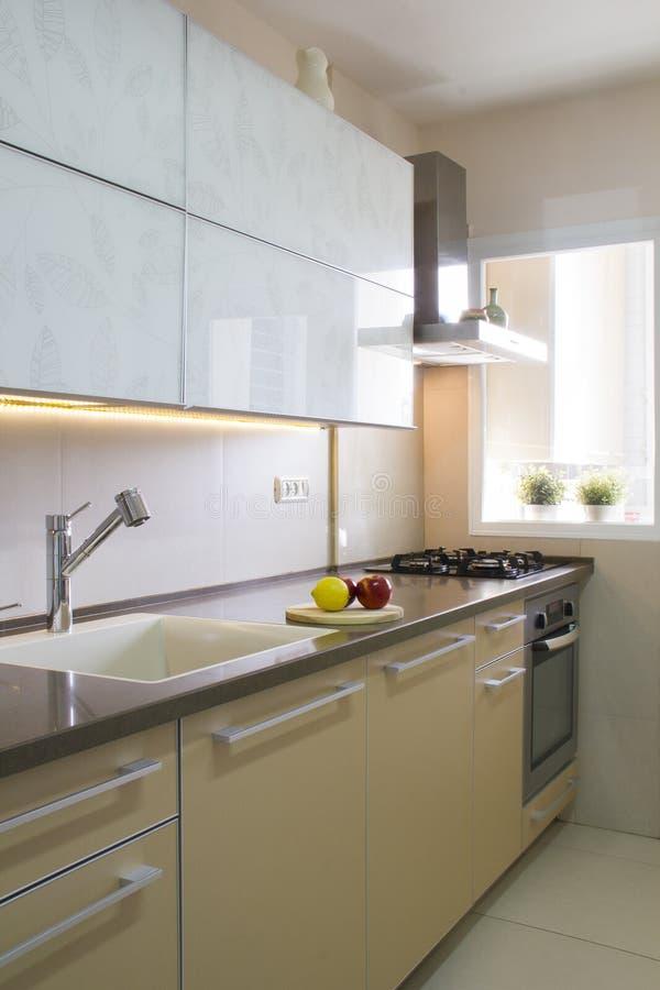 Moderne Küche In Den Beige- Und Cremefarben Stockfoto - Bild von ...