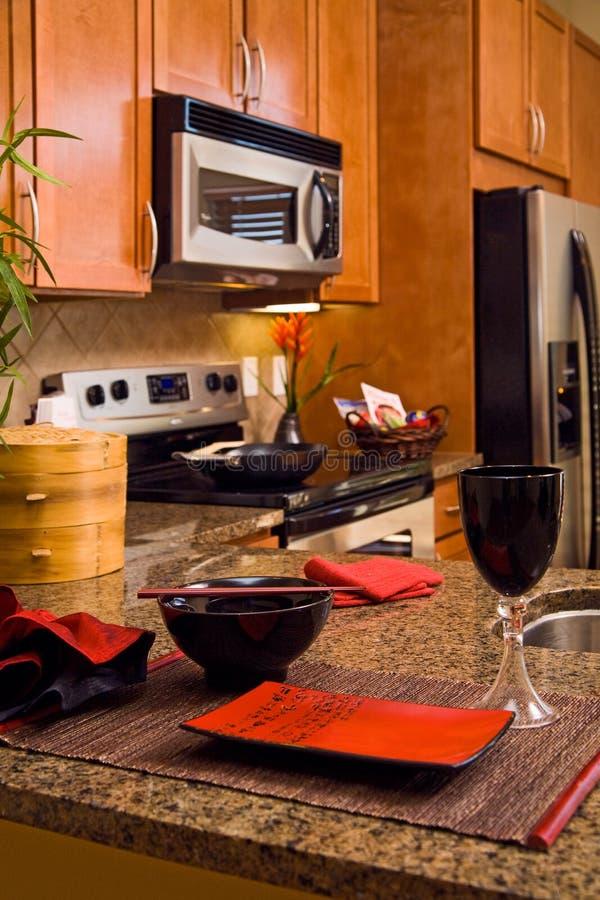 Moderne Küche mit asiatischem beeinflußtem Platzsitzen lizenzfreie stockfotografie
