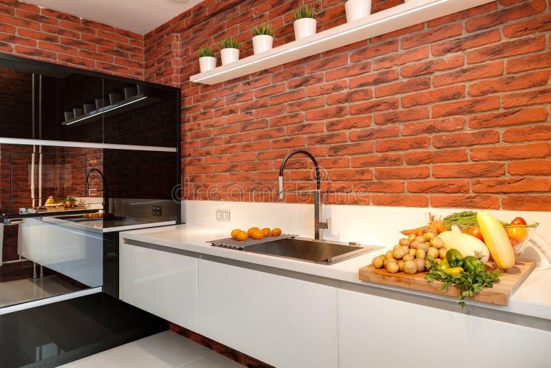 Moderne Küche mit Ausrüstung und einer Tabelle stockbild