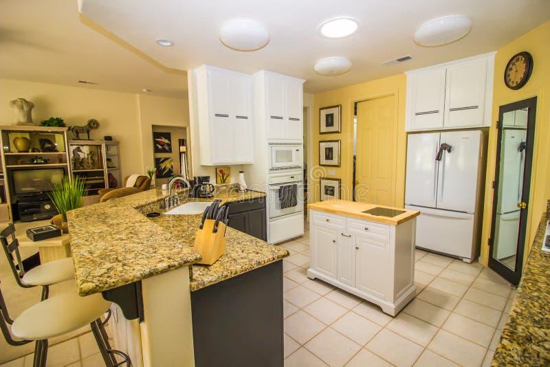 Moderne Küche mit Insel-und Granit-Gegenstangen-Service stockfotografie
