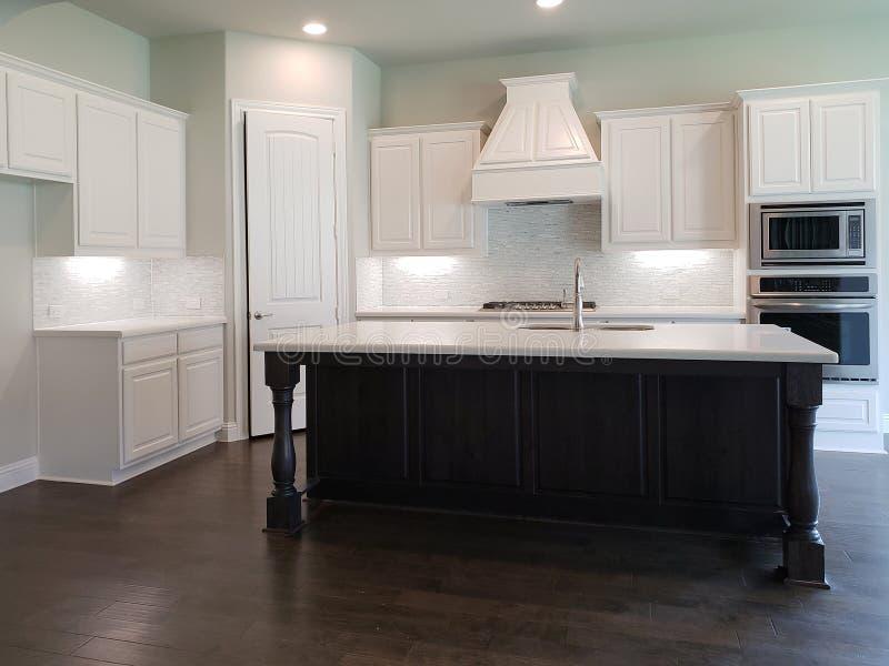 Moderne Küche mit Inselzähler in einem neuen Haus lizenzfreie stockfotografie