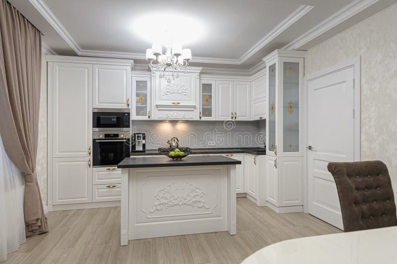 Moderne Küche mit weißer Küche und Insel stockfotografie