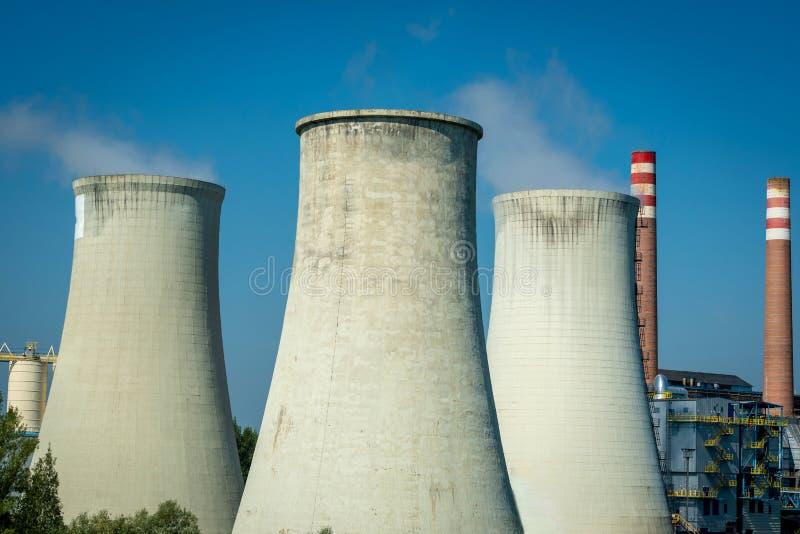 Moderne Kühltürme des Kraftwerks gegen einen blauen Himmel stockfotografie