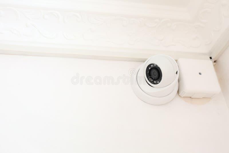 Moderne kabeltelevisie-camera die op muur in ruimte wordt geïnstalleerd royalty-vrije stock afbeeldingen