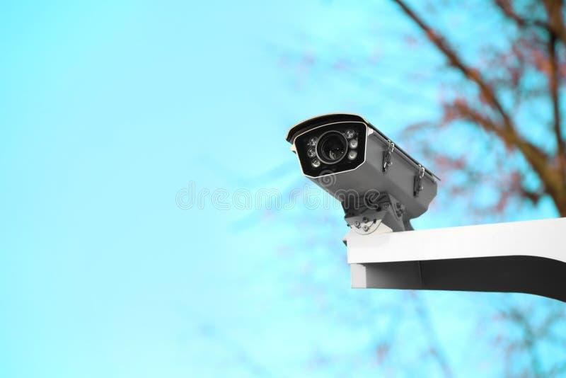Moderne kabeltelevisie-camera op straatpost in openlucht royalty-vrije stock foto