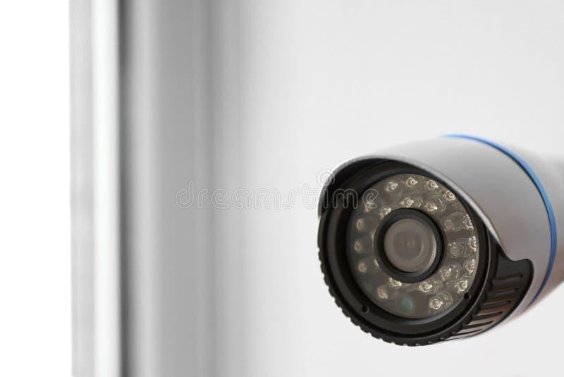 Moderne kabeltelevisie-camera op vage achtergrond, close-up stock fotografie