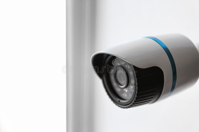 Moderne kabeltelevisie-camera op vage achtergrond, close-up stock foto