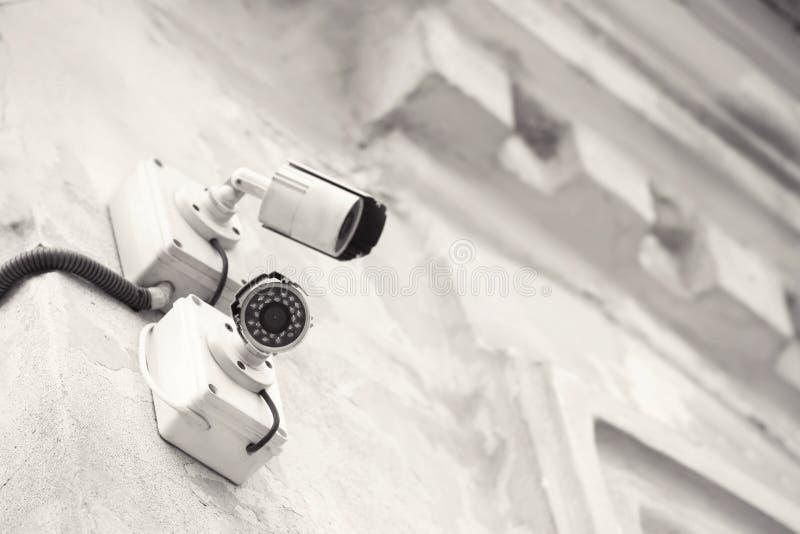 Moderne kabeltelevisie-camera's die op muur van in openlucht de bouw worden geïnstalleerd stock foto's