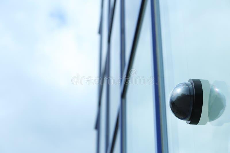 Moderne kabeltelevisie-veiligheidscamera bij in openlucht de bouw van muur stock fotografie