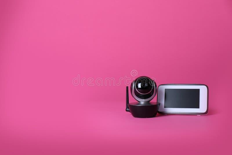 Moderne kabeltelevisie-veiligheidscamera en monitor op kleurenachtergrond stock foto's
