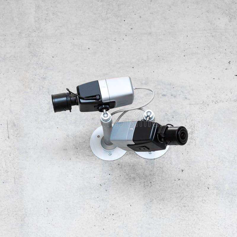 Moderne kabeltelevisie-veiligheidscamera's op concrete muur stock afbeeldingen